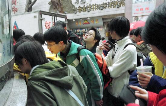 2000年2月13日,广州电影市场春节火爆,广州青年影迷在排队购票。新华社记者陈学思摄