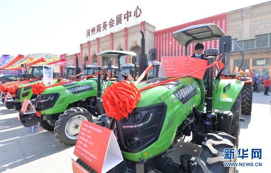 观众在临夏州举行的现代农业机械展示展销活动上选购拖拉机(3月12日摄)。新华社发(史有东 摄)