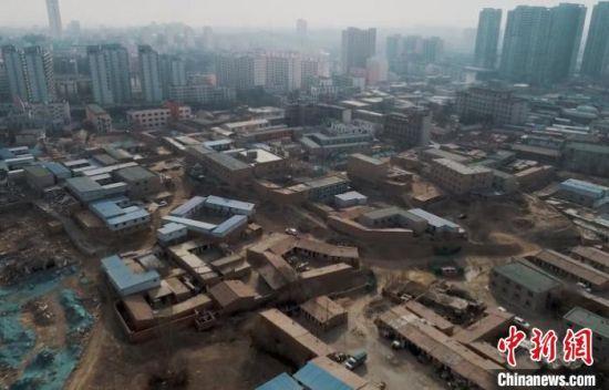 图为改善人居环境,促进城市发展,甘肃省白银市白银区对刘家梁棚户区实行改造。