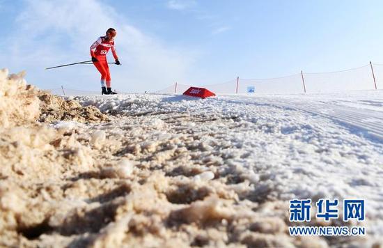 1月22日,甘肃省冬季运动管理中心选手王美洲在比赛中。新华社记者 陈斌 摄