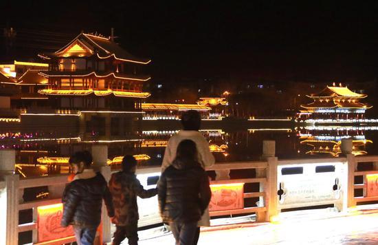 游客在党河风情线游览