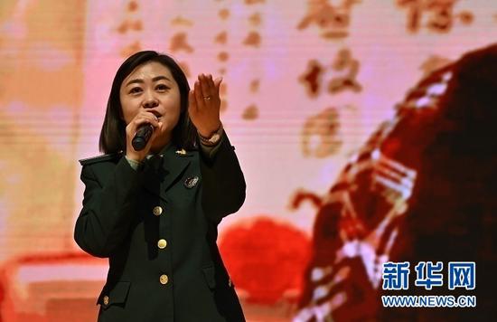 南梁革命纪念馆讲解员刘晓凤为学生讲解《一张珍贵的照片》。杜哲宇 摄