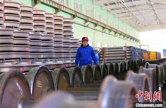 2月9日,中国铁路兰州局集团有限公司兰州西车辆段轮轴装修工刘晓燕对入场轮轴进行收入预检。 高展 摄