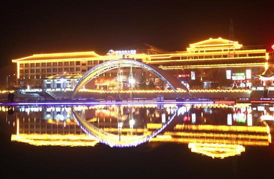 2月24日晚拍摄的敦煌市党河风情线夜景。