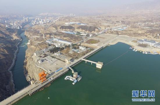 这是位于甘肃省临夏回族自治州永靖县的刘家峡水库(2021年1月3日摄,无人机照片)。