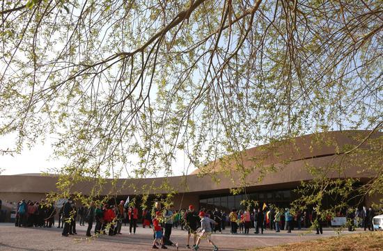 2021年4月9日,在甘肃敦煌莫高窟数字展示中心,游客准备进场参观。