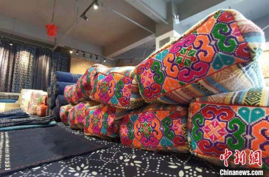 图为祁辉刺绣制作的国潮布艺。 张婧 摄