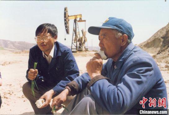 """90年代初,""""两个冷馒头、一根葱""""是石油工人每天的午饭"""