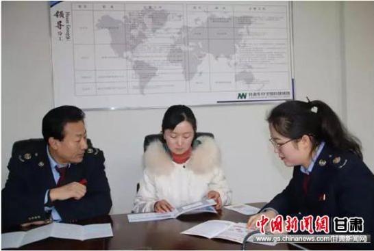 税务干部对华安公司会计进行税收辅导。