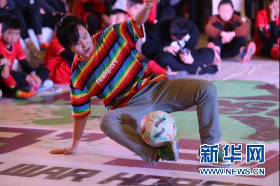 足球与街舞的完美融合。新华网发(童张伟 摄)