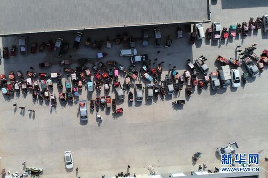 这是2月4日在靖远县北湾镇新坪村农贸市场拍摄的交易现场(无人机照片)。新华社记者 张睿 摄