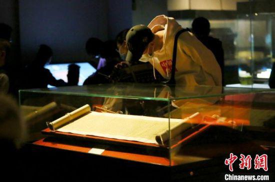市民参观甘肃省博物馆内陈列的展品。 高展 摄