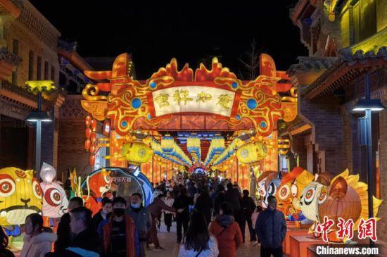 春节期间,兰州老街展出各种彩灯,古老中呈现出新时尚,吸引众多市民争相观赏。 刘玉桃 摄