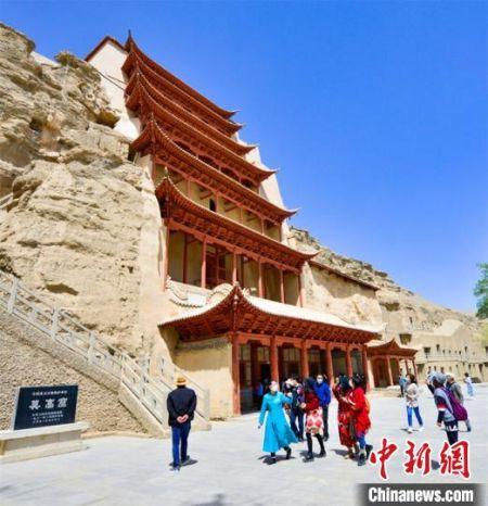 5月10日,世界文化遗产敦煌莫高窟因疫情防控暂停108天后首日恢复对外开放。
