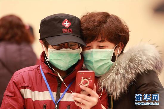 甘肃省第二批援鄂护理专业医疗队队员(左)在出发前和家人通视频电话。