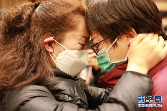 2月4日,甘肃省肿瘤医院主管护师董慧敏(右)在出发仪式上和同事告别。