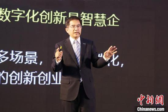 """浪潮集团执行总裁王兴山近日在受访时概括出企业抗击疫情、恢复生产的焦点:""""两中心一成本""""。他给出建议,""""要让企业数字化转型更务实、更积极""""。 受访者供图 摄"""