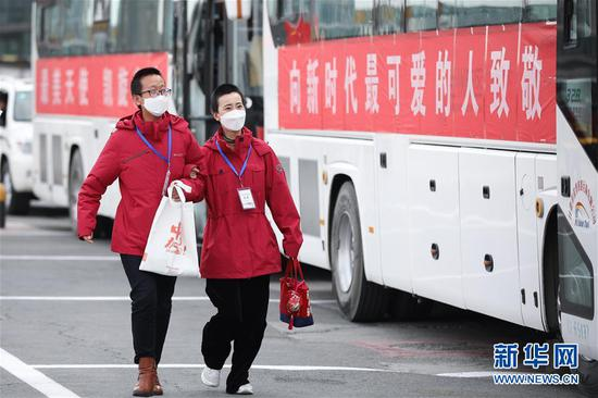 3月31日,甘肃省援助武汉的医务人员在兰州中川国际机场上车。