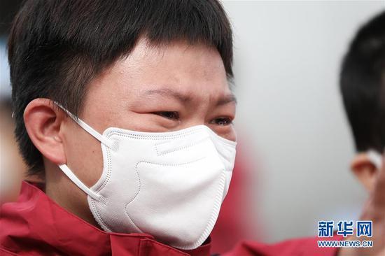 3月31日,甘肃省援助武汉的一名医务人员在抵达兰州中川国际机场后流下眼泪。