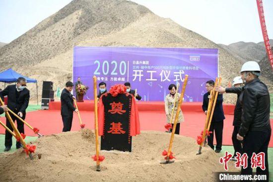 """3月29日,甘肃兰州市榆中县日昌升""""年产500万吨新型环保优质骨料""""项目日前举行开工仪式。"""