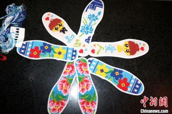 """图为瓜州县锁阳城镇""""绣娘""""队伍纳好的鞋垫成品展示。"""