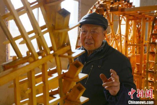 段怡村讲解黄河水车制作过程。