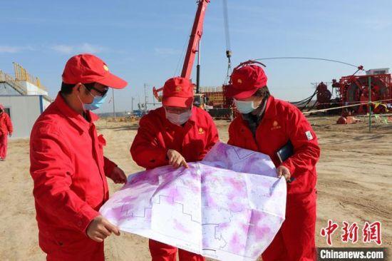 长庆油田第二采油厂技术人员现场攻关技术难题。