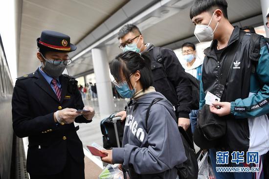 4月17日,塔里木大学的学生准备从兰州火车站登上学生专列出发。