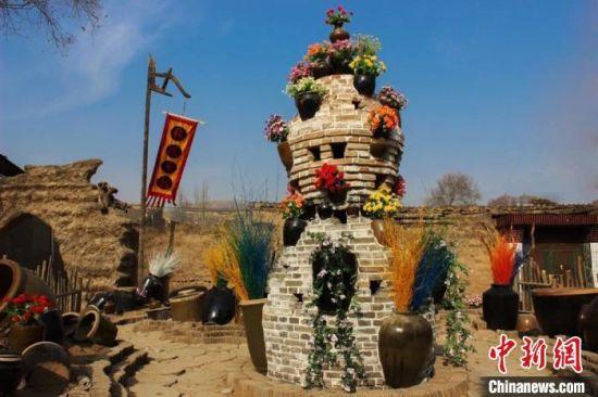 4月下旬,甘肃省定西市临洮县洮阳镇双联村乡韵悠悠,道路干净、垃圾分类、村容整洁、古朴自然。