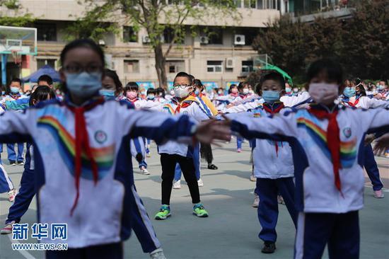 4月23日,在兰州市七里河区七里河小学的学生在课间做操。
