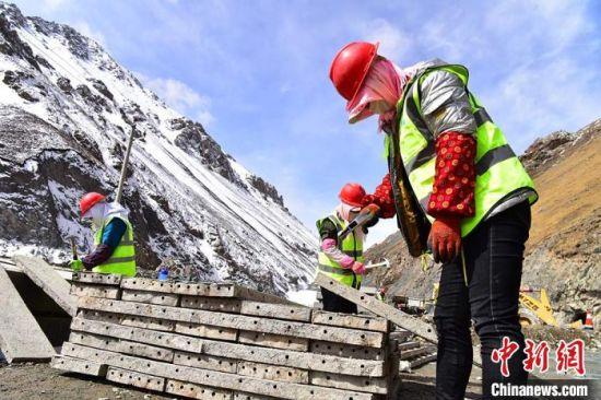 肃祁公路位于甘肃和青海两省交界,地处青藏高原东北部的祁连山脉深处,线路横跨祁连山脉,总长62.77公里。 武雪峰 摄