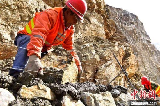 预计2020年底肃祁公路修好后,肃南县到祁连县的车程将由原来的8小时缩短到3小时。
