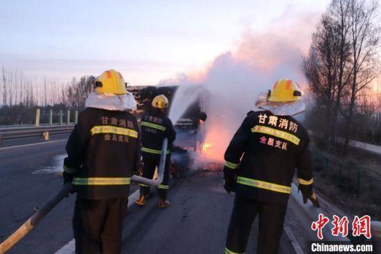 图为消防员扑救。