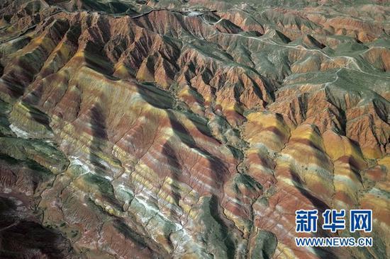 这是3月24日在张掖七彩丹霞景区拍摄的彩色丘陵景观(无人机照片)