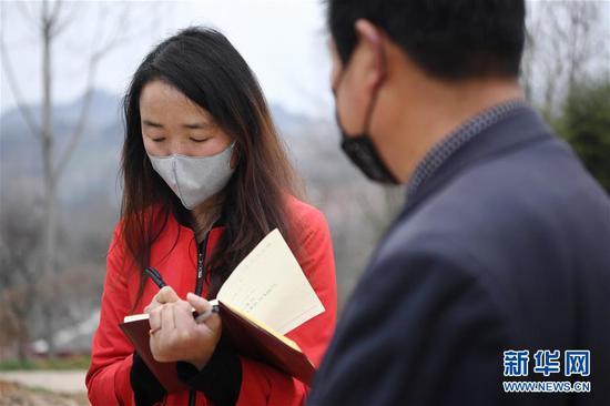 梁倩娟和村民交谈,听取乡亲关于农村电商扶贫的意见(3月8日摄)。新华社记者 陈斌 摄