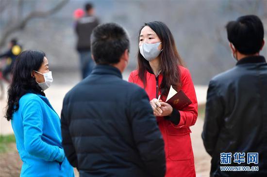 梁倩娟(右二)和几名村民交谈,听取并记录他们关于农村电商扶贫的意见(3月8日摄)。新华社记者 陈斌 摄