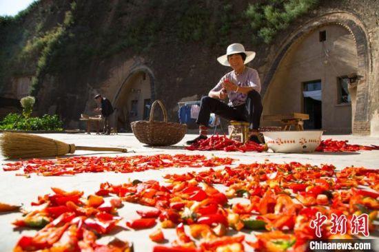 窑洞民居在甘肃庆阳历史悠久。图为甘肃环县村民的窑洞生活。