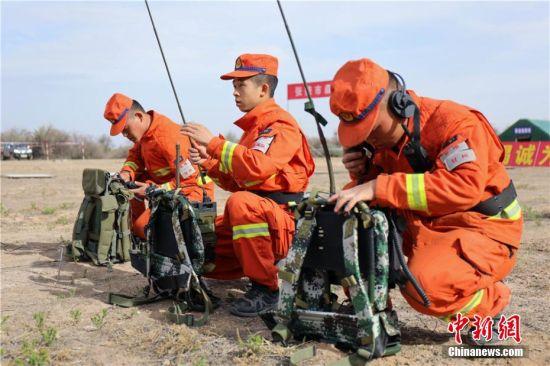 图为森林消防指战员开展通信装备操作与使用课目训练。