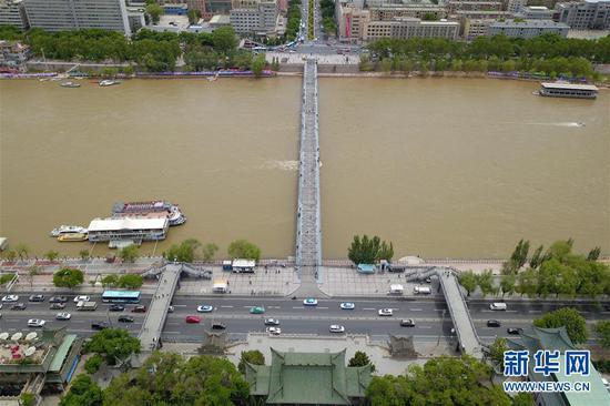 这是5月18日在兰州市城关区拍摄的兰州黄河铁桥——中山桥及周边初夏景象(无人机照片)。