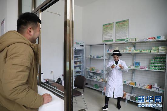 11月9日,村民在布楞沟村卫生室取药。 新华社记者 马希平 摄