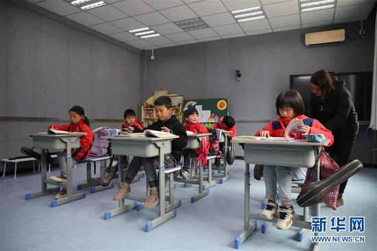 11月9日,学生在布楞沟小学新媒体教室上课。新建的布楞沟小学配齐教学设施器材,并优化师资力量,极大改善了办学条件。 新华社记者 马希平 摄