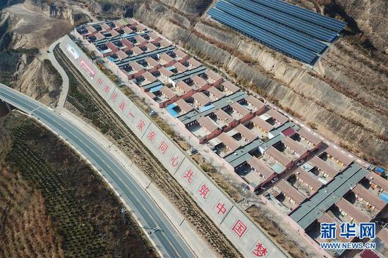 这是11月9日拍摄的布楞沟村新农村一景(无人机照片)。 新华社记者 马希平 摄