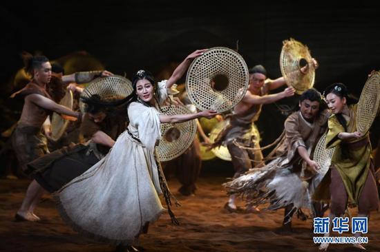 11月14日晚,演员在兰州市黄河剧院表演舞剧《问道崆峒》。新华社记者 陈斌 摄