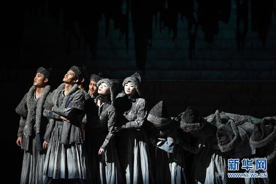 11月17日晚,演员在兰州音乐厅表演舞剧《彩虹之路》。新华社记者 陈斌 摄