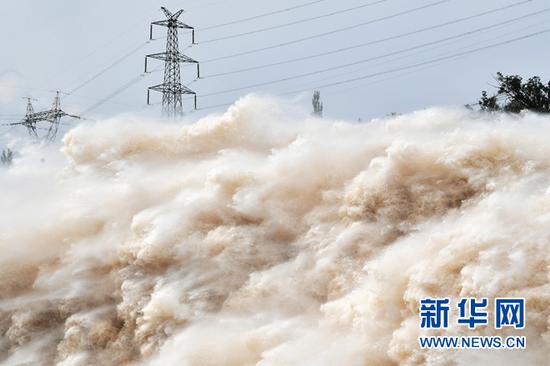 刘家峡水库正在泄洪(资料照片)。新华社记者 陈斌 摄