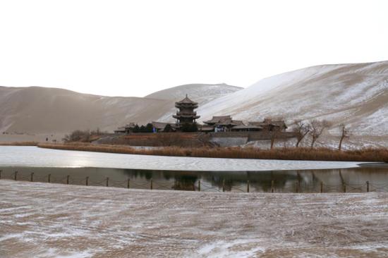 这是2020年12月8日拍摄的敦煌市鸣沙山月牙泉景区雪景。