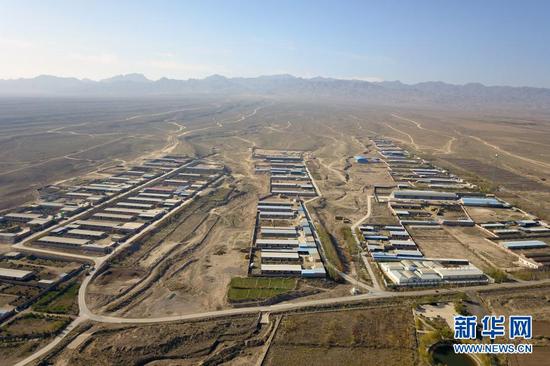 这是10月24日在甘肃省金昌市永昌县拍摄的赵家庄村养殖小区(无人机照片)。新华社记者 范培珅 摄