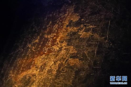 这是12月3日在万象洞内拍摄的南宋石刻。新华社记者 马希平 摄