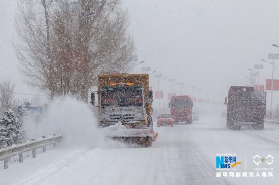甘肃省张掖公路局除雪车辆在国道227线进行除雪作业。新华网发 (张啸天 摄)