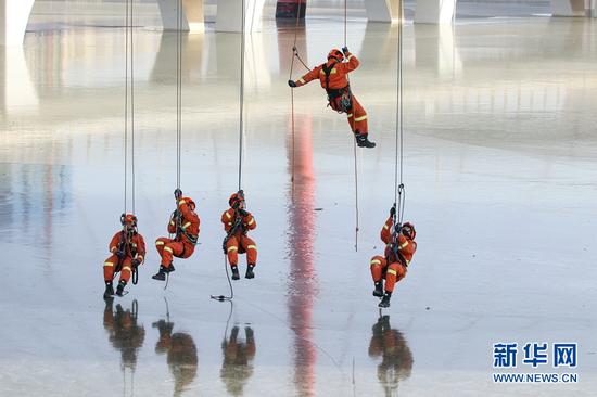 12月16日,甘肃省森林消防总队平凉支队指战员在进行绳索转换训练。新华网发 (梁皓清 摄)